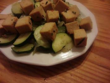 karamellisierter Tofu auf Chicorée-Zucchini-Gemüse - Rezept