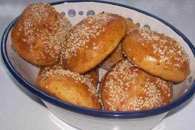Mediterrane Paprika-Sesam-Brötchen zum Feierabend - Rezept