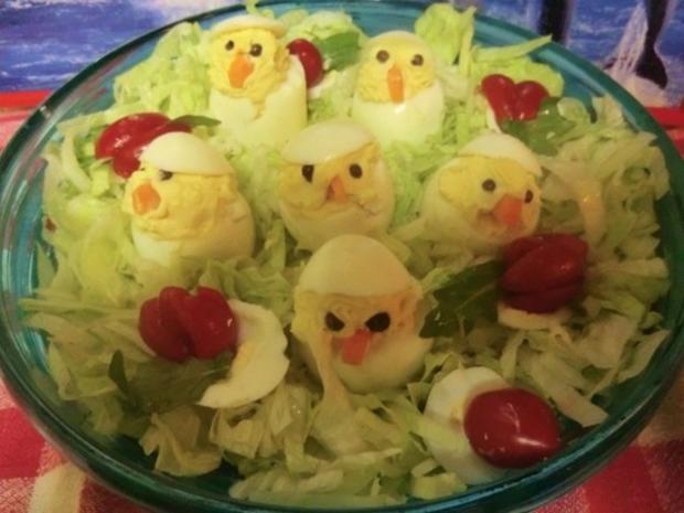k ken gef llte eier auf salat rezept. Black Bedroom Furniture Sets. Home Design Ideas