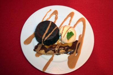 Flambierte Grillbanane mit Vanilleeis und Hot Sticky Toffee-Pudding - Rezept