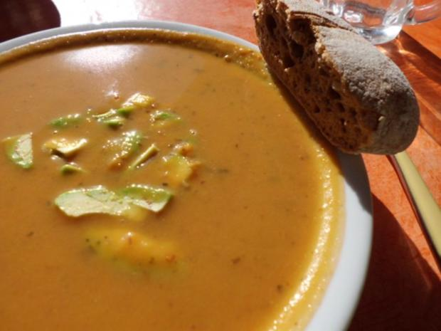 Suppe: Kürbis-Pfaumen-Suppe mit Avocado-Topping - Rezept