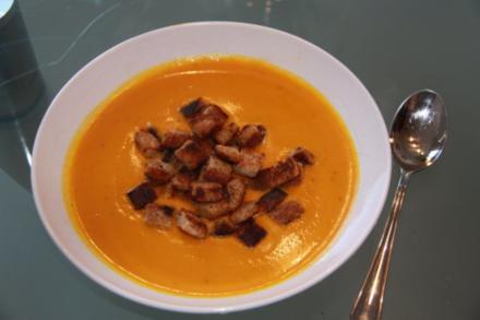 Kürbis-Kokos Suppe mit Croutons - Rezept