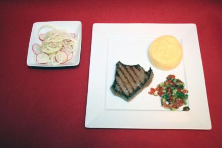 Bio-Steak mit Polenta, Salsa-Soße und Radieschen-Fenchel-Salat - Rezept