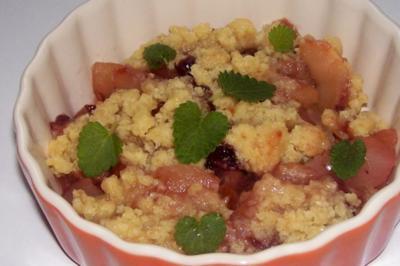 Dessert: Lebkuchen-Crumble mit Apfel, Birne und Preiselbeeren - Rezept