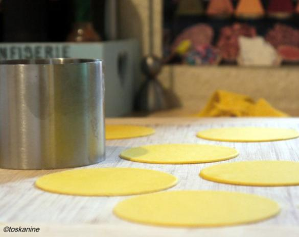 Birnen-Ziegenkäse-Ravioli mit Salbei-Knoblauch-Butter - Rezept - Bild Nr. 7