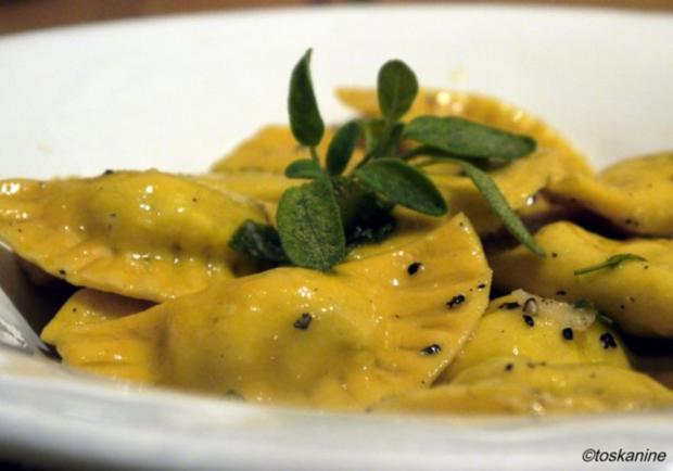 Birnen-Ziegenkäse-Ravioli mit Salbei-Knoblauch-Butter - Rezept