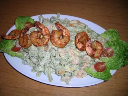 Bandnudelsalat mit Shrimps in Dillsoße - Rezept