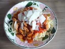 Pasta : Wurst - Tomaten - Gulasch an Spaghetti mit gehobeltem Parmesan - Rezept