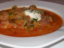 Eintöpfe/Suppen: Feiner Zwiebel-Gemüse-Eintopf mit Paprika-Hackbällchen - Rezept