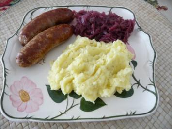 Rezept: Hackfleisch : Grobe Mettwürste an Kräuterbutter-Kartoffelbrei dazu Apfel-Rosinen-Rotkohl