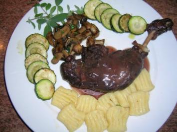 """Entenkeulen italienisch """"geschmort in Rotwein"""", an hausgemachten Gnocchi + Gemüsebeilage - Rezept"""