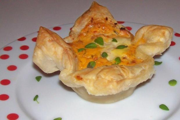 Vorspeise/Abendessen: Blätterteig-Lachs-Törtchen mit Pesto und Tomaten - Rezept