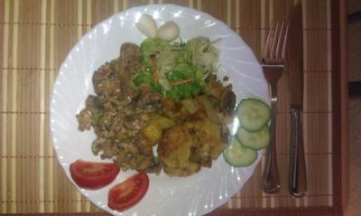 Champignons mit Rührei, Bratkartoffeln und Salat - Rezept