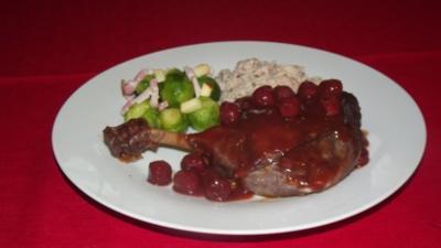Geschmorte Gänsekeule an Kirsch-Glühweinsauce mit Spekulatius-Walnuss-Spätzli - Rezept