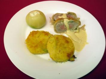 Schweinefilet in Blätterteigmantel, dazu Kartoffelplätzchen  und gefüllte Zwiebel - Rezept