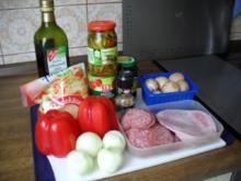 Pizza mit Schinken, Salami, Champignons, scharfen Peperonis, Oliven, Zwiebeln und Paprika - Rezept