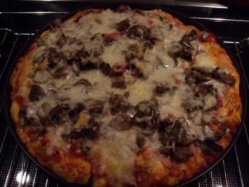 Pfannenpizza mit Sonntagsbrötchen - Rezept