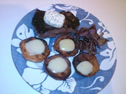 Gebratenes Rinderfilet mit Röstzwiebeln und angratinierten Süßkartoffeltalern - Rezept
