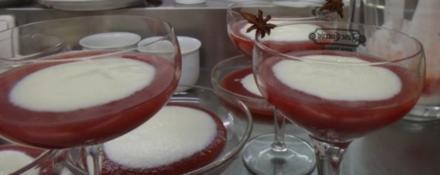 """Buttermilchcreme mit weihnachtlicher Apfel-Kirsch-""""Pudding"""" - Rezept"""