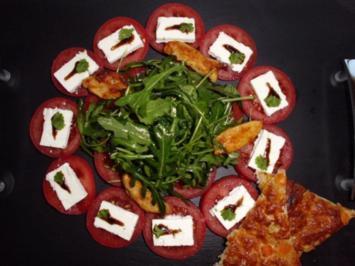 Rucola-Tomatensalat mit Hähnchenbruststreifen und Röstbrot - Rezept