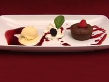 Fondant au chocolat mit Waldbeeren und Mangosorbet - Rezept