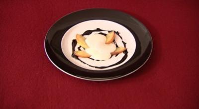 Rezept: Gebratene Apfelspalten mit Schokoladen-Weinsoße und Sauerrahmcrème (Neele Hehemann)