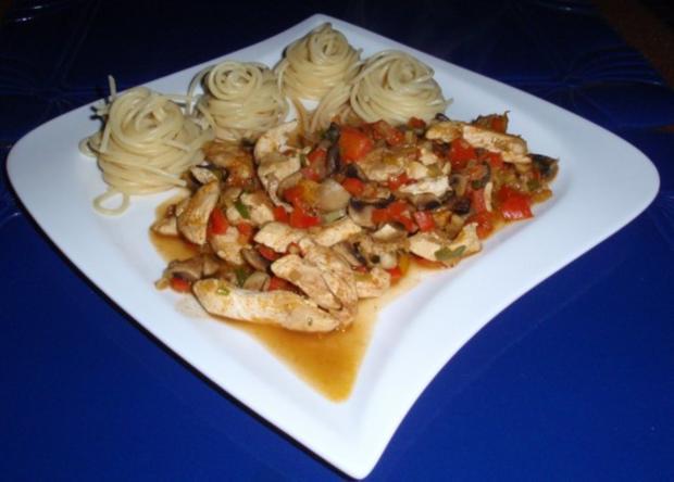 Pikante Hähnchenstreifen mit Spaghettitürmchen - Rezept
