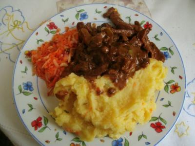 Zwiebelfleisch.....mit Zwiebel-Kartoffelpü und Apfelmöhrensalat - Rezept