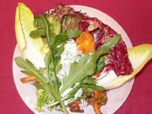 Salat mit warmen Pfifferlingen und Petersilienschmand - Rezept