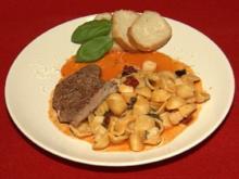 Roastbeef in Paprikaschaumsaft mit Tintenfisch und Muscheln auf Orecchiette - Rezept