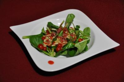 Rezept: Feldsalat mit gebratenem Speck und Pinienkernen