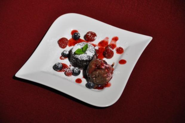 Lauwarmes Schokoladentörtchen mit Eis und Früchten - Rezept