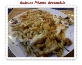 Nudeln: Bratnudeln mit Paprika, Käse und Speck - Rezept