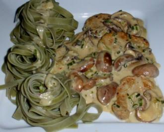 Filet in Champignon-Rahmsoße und Fettuccine agli Spinaci - Rezept