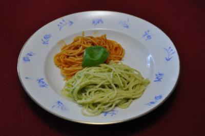 Nudeln mit Pesto und Tomatensoße - Rezept