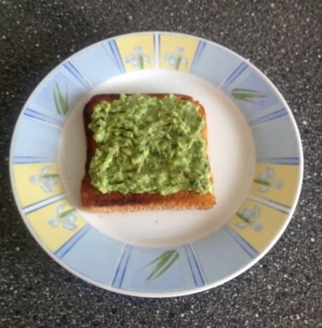 toast mit r ucherlachs und avocadocreme rezept. Black Bedroom Furniture Sets. Home Design Ideas
