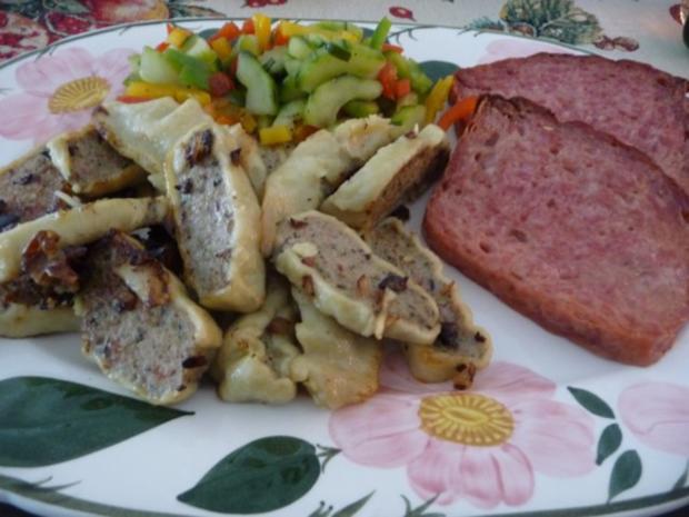 Resteverwertung : Gebratene Maultaschen mit grobem Leberkäse dazu Gurken-Paprika-Salat - Rezept - Bild Nr. 2