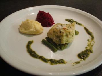 Kabeljau-Filet auf einem Bett von grünen Bohnen, Nocken von Kartoffel- und rote Bete-Püree - Rezept