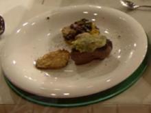 Filet vom Strauß in Kräuterkruste mit Bohnen (Peer Kusmagk) - Rezept