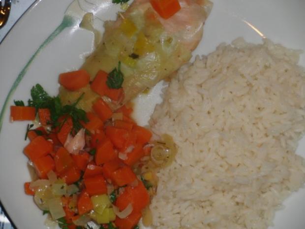 Fisch : Schollenfilet in Räucherlachs auf Gemüsebeet gedünstet - Rezept