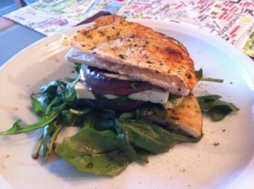 Vegetarischer Burger mit Feta, Aubergine und Rucola - Rezept