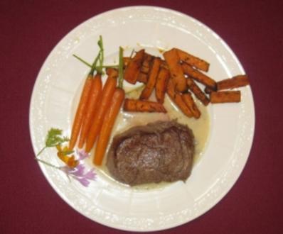 Rinderfilet mit Süßkartoffel-Pommes, Gorgonzolasoße und Babykarotten - Rezept