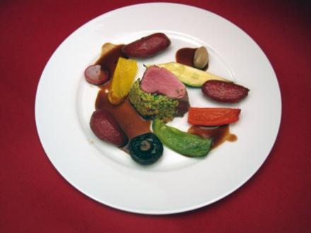 Gekräuterte Kalbslende, gefärbte Kartoffeln, Jussis Mix-Max-Soße, dazu herbstliches Gemüse - Rezept