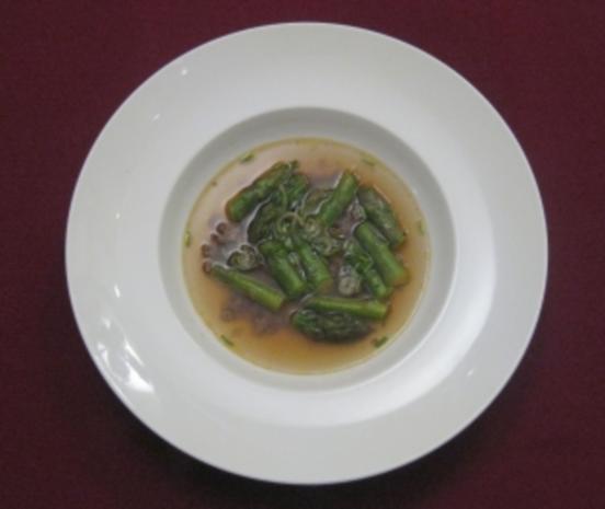 Klare Suppe mit Tatar und grünem Spargel - Rezept