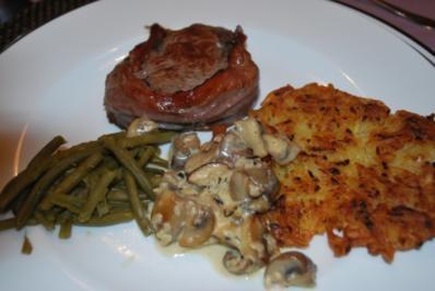 Umwickeltes Rinderfiletsteak mit Rahmchampignons und Kartoffelrösti - Rezept