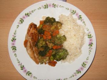 Asiatische Gemüsepfanne mit Hähnchen und Reis - Rezept