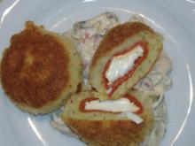 Kartoffelbällchen gefüllt mit Paprikaschoten und Ziegenkäse auf warmen Gurkensalat - Rezept