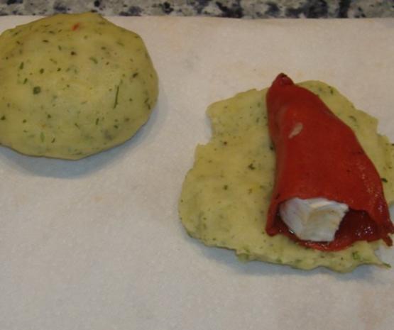Kartoffelbällchen gefüllt mit Paprikaschoten und Ziegenkäse auf warmen Gurkensalat - Rezept - Bild Nr. 3
