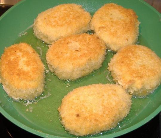 Kartoffelbällchen gefüllt mit Paprikaschoten und Ziegenkäse auf warmen Gurkensalat - Rezept - Bild Nr. 5