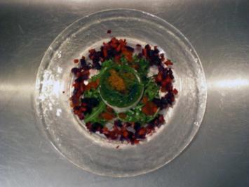 Rezept: Räucherforellentörtchen mit Dillgelee auf Tomaten-Rucola-Salat
